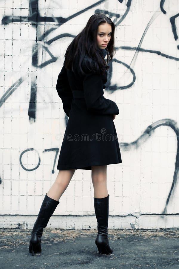 Femme mince revenant photo stock