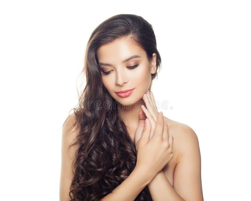 Femme modèle avec la peau claire et longs les cheveux bouclés d'isolement sur le fond blanc photo stock