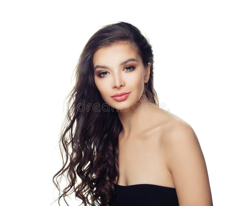 Femme modèle de brune mignonne d'isolement Jolie fille avec de longs cheveux parfaits sur le fond blanc images stock