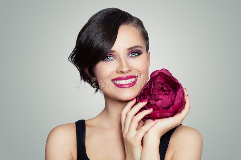 Femme modèle de sourire avec le portrait toothy de sourire Fille parfaite avec le maquillage et les cheveux courts photographie stock