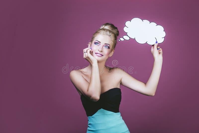 Femme modèle jeune et belle dans le style de l'art de bruit sur une goupille photo libre de droits