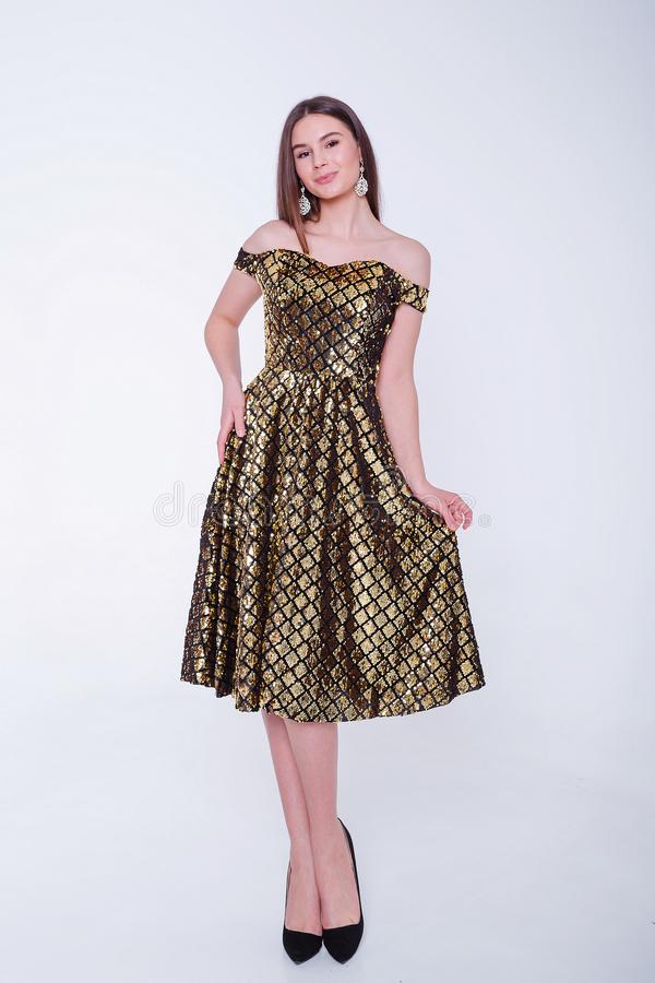 Femme mod?le de brune de beaut? dans la robe de cocktail Maquillage de luxe et coiffure de belle mode Silhouette s?duisante de fi photographie stock