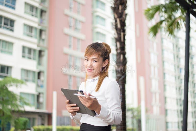 Femme moderne élégante d'affaires travaillant au comprimé images libres de droits