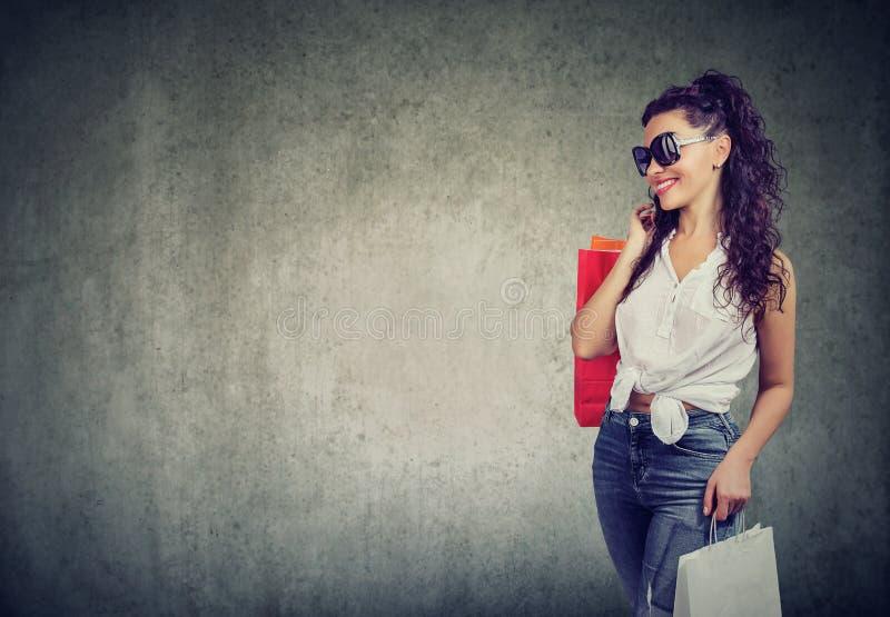 Femme moderne avec des paniers photographie stock libre de droits