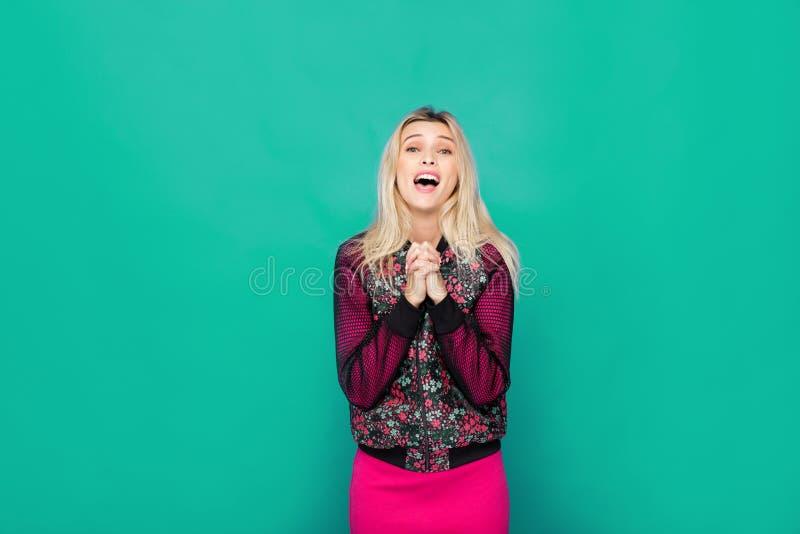 Femme moderne blonde sur le fond vert photos libres de droits