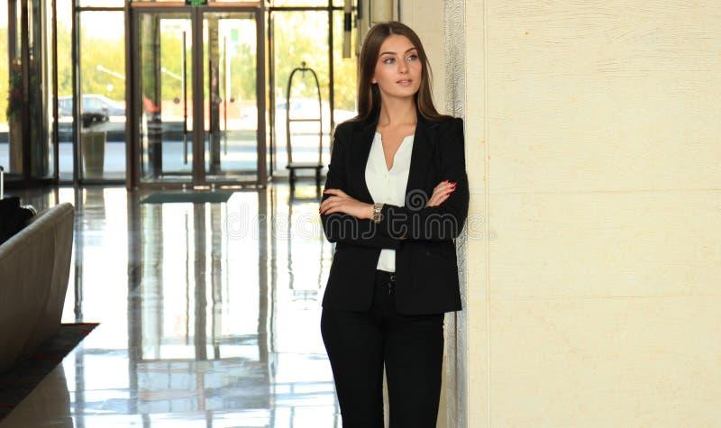 Femme moderne d'affaires dans le bureau avec l'espace de copie photos stock
