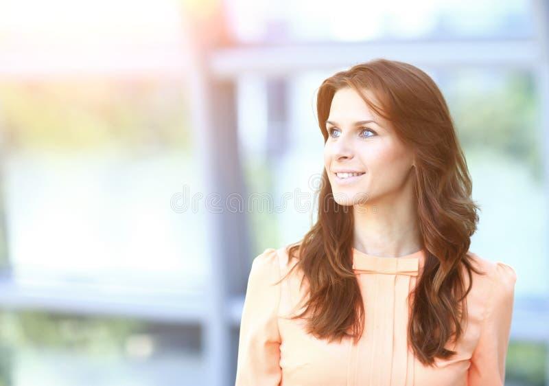 Femme moderne d'affaires dans le bureau regardant vers le texte virtuel de la publicité image stock