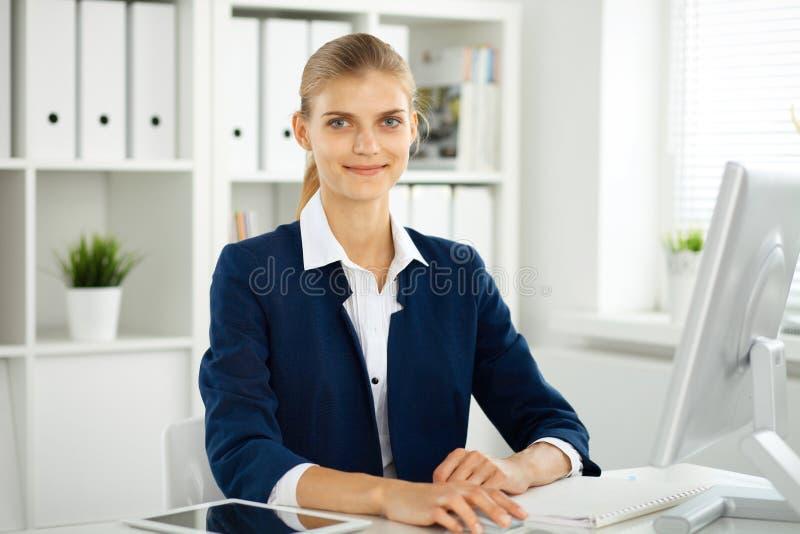 Femme moderne d'affaires ou comptable féminin sûr dans le bureau Fille d'étudiant pendant la préparation d'examen Audit, service  photos libres de droits