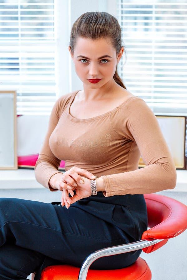 Femme moderne réussie d'affaires sur la chaise photos stock