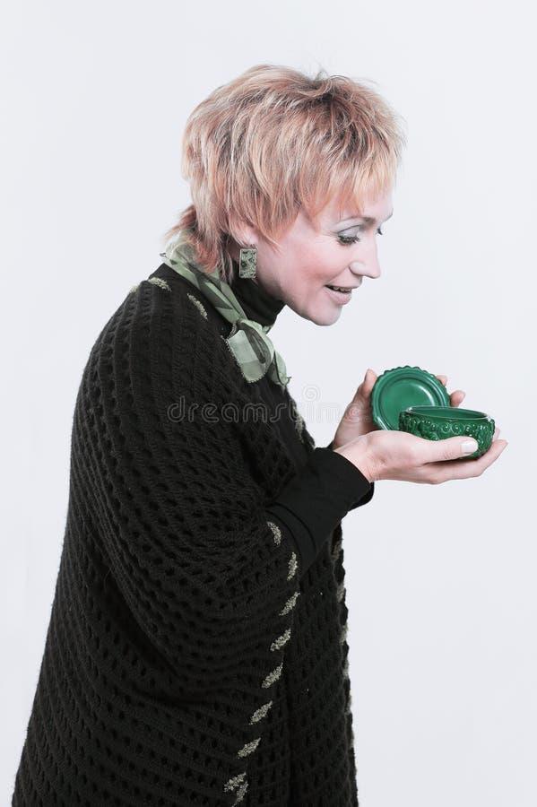 Femme moderne réussie tenant une boîte de poudre image stock