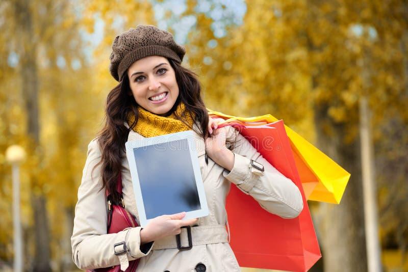 Femme montrant le comprimé numérique après l'achat image libre de droits
