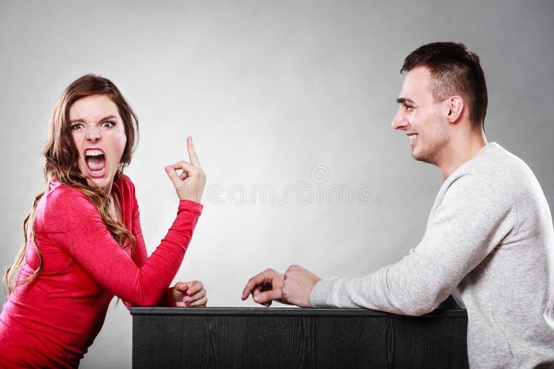 Femme montrant le geste de doigt moyen à l'homme photos stock