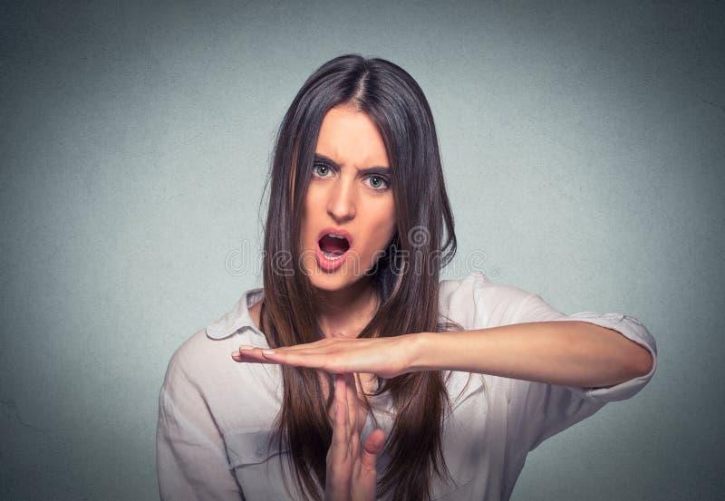 Femme montrant le geste de main de temps, cris frustrants à arrêter photographie stock