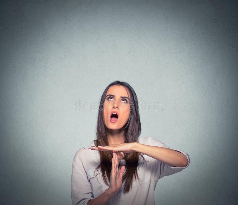 Femme montrant le geste de main de temps, cris frustrants à arrêter image stock