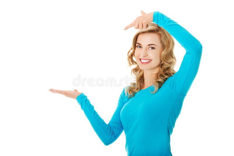 Femme montrant quelque chose ou le copyspase images libres de droits