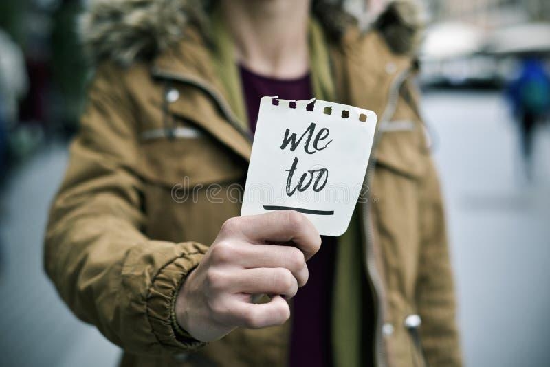 Femme montrant une note avec le texte imitation photographie stock
