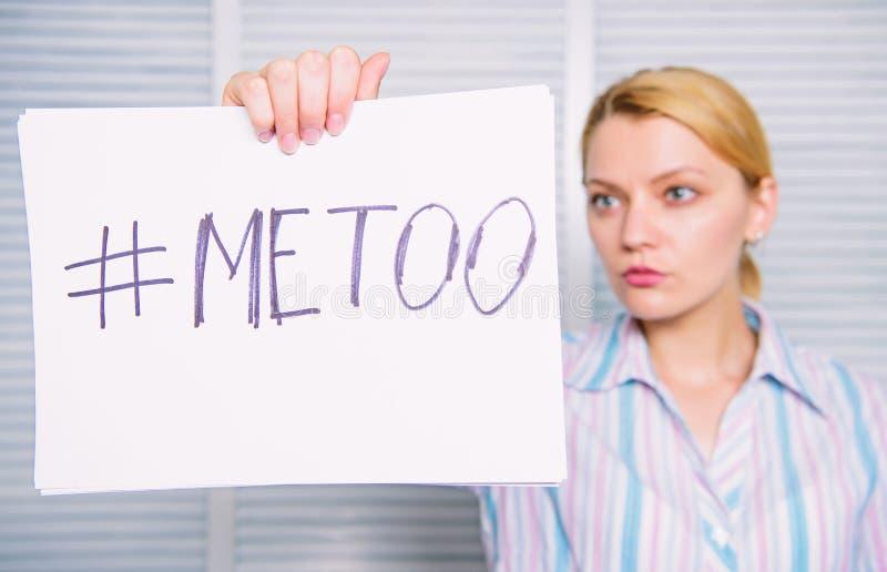 Femme montrant une note avec le texte imitation Genou de contact Une attention sexuelle de secr?taire de Madame au coll?gue Intim images stock