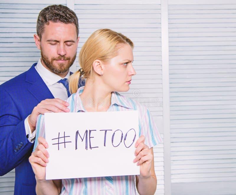 Femme montrant une note avec le texte imitation Harc?lement sexuel sur le travail et le lieu de travail Agression sexuelle et har photos libres de droits