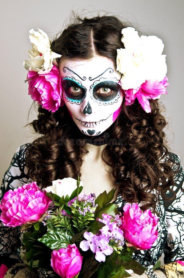 Femme morte vivante de Veille de la toussaint avec le crâne photos stock
