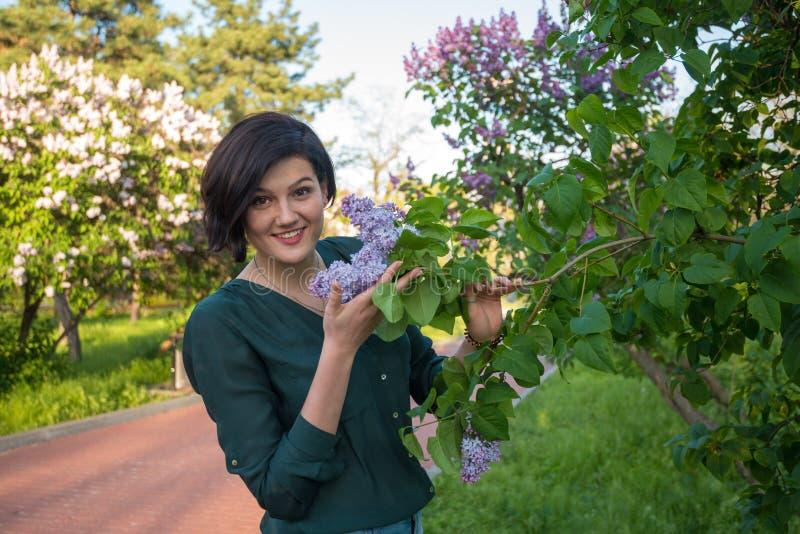 Femme multiraciale étonnante parmi les arbres fleurissants photographie stock libre de droits
