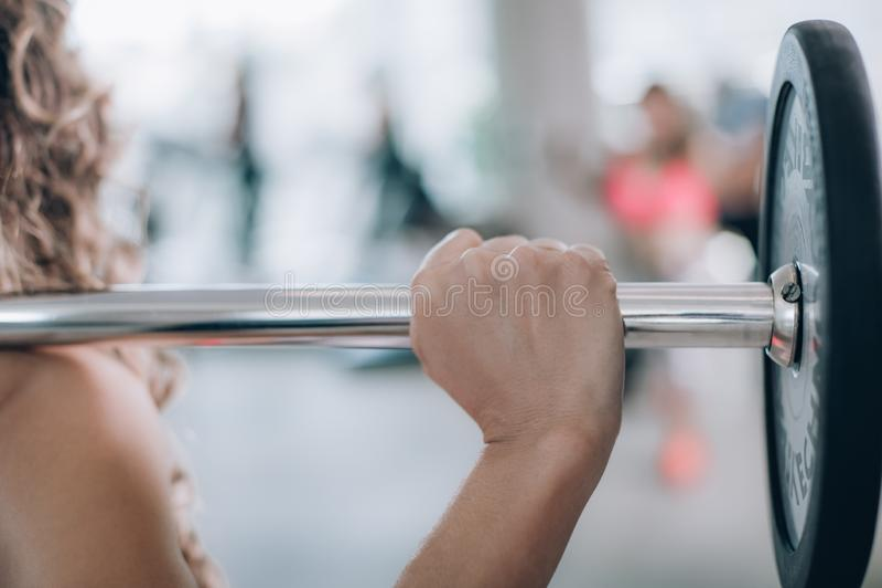 Femme musculaire attirante de forme physique soulevant le poids dans le gymnase photos libres de droits
