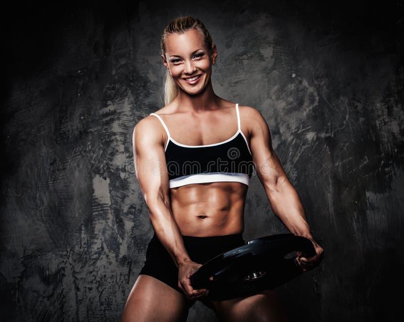 Femme musculaire de bodybuilder photographie stock libre de droits
