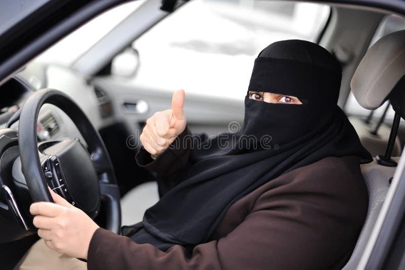 Femme musulman arabe conduisant un véhicule images libres de droits