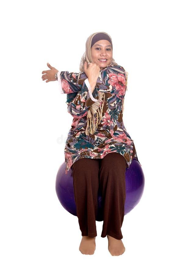 Femme musulman sur la bille d'ajustement images stock
