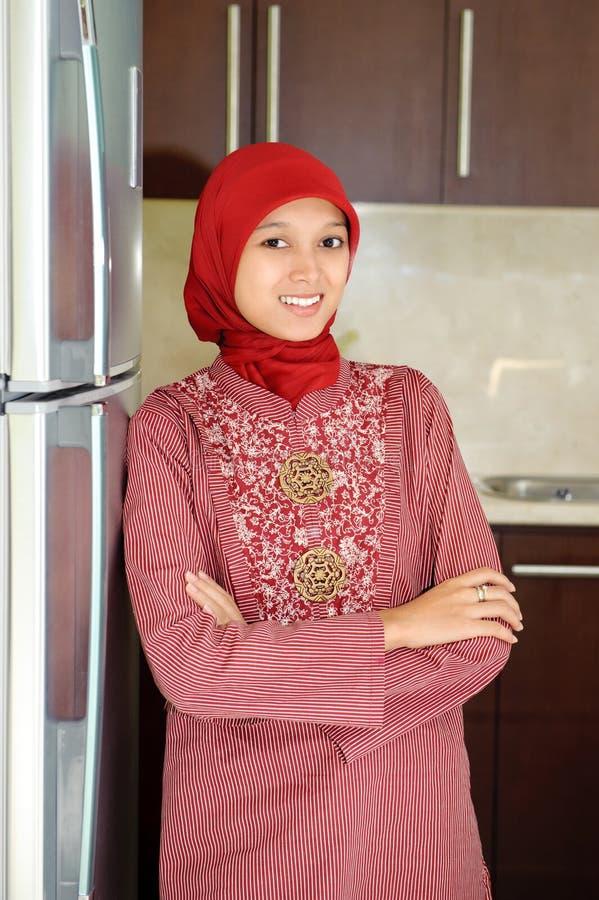 Femme musulman sur la cuisine photo stock