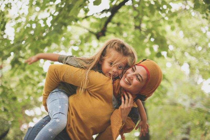 Femme musulmane avec l'enfant jouant dehors Sur le mouvement photos libres de droits