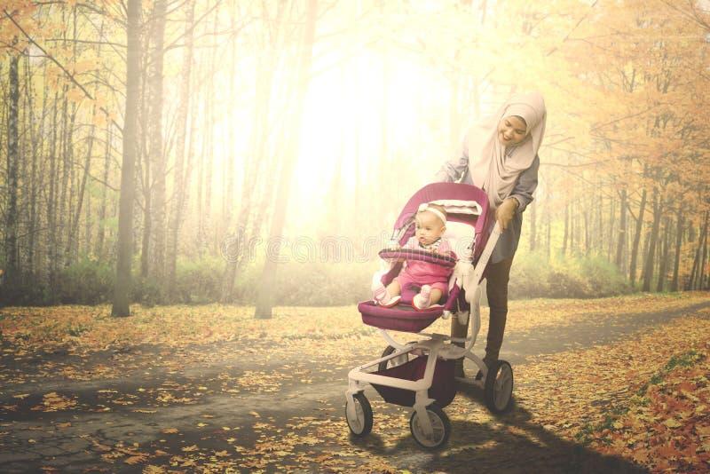 Femme musulmane avec son bébé en parc images stock