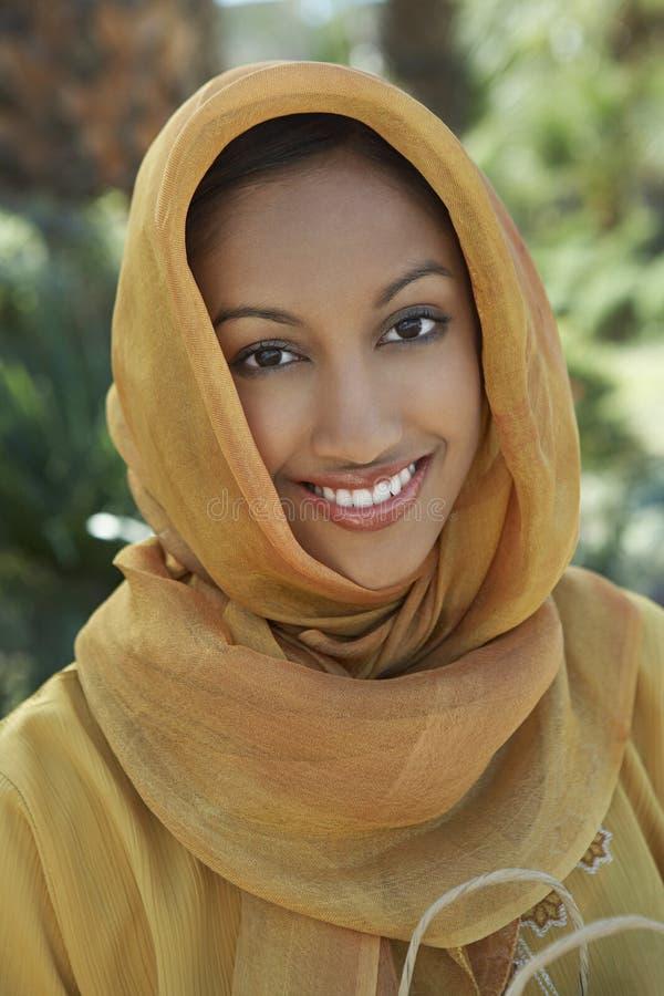 Femme musulmane dans l'habillement traditionnel photos stock
