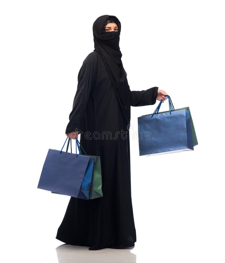 Femme musulmane dans le hijab avec des paniers images stock