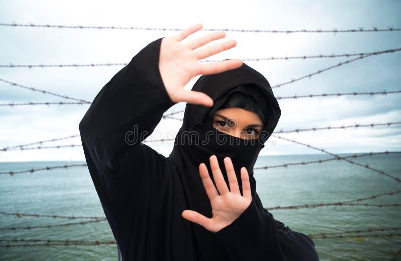Femme musulmane dans le hijab faisant le geste protecteur image libre de droits