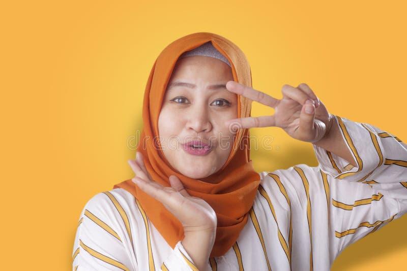 Femme musulmane heureuse posant pour la caméra photographie stock libre de droits