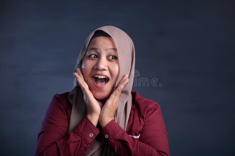 Femme musulmane heureuse souriant avec l'expression de pensée image stock