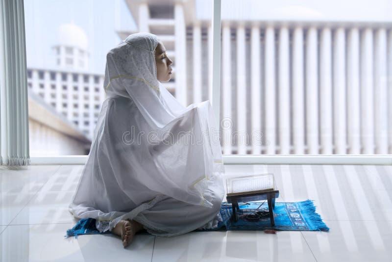 Femme musulmane religieuse priant à l'Allah images stock