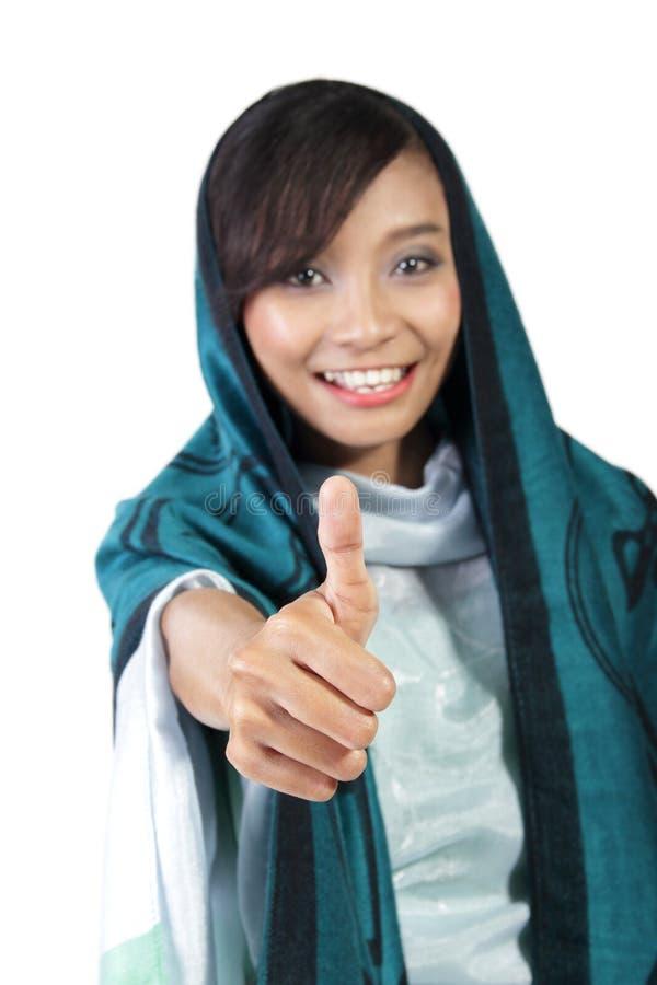 Femme musulmane renonçant au pouce photo stock