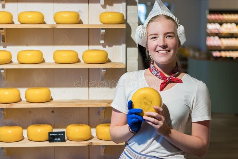 Femme néerlandaise vendant le gouda à Amsterdam photo stock