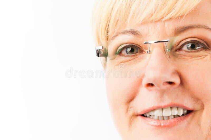 Femme a?n?e de sourire images stock