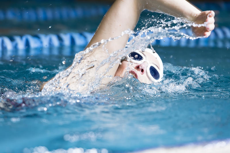 Femme nageant le rampement avant photo libre de droits