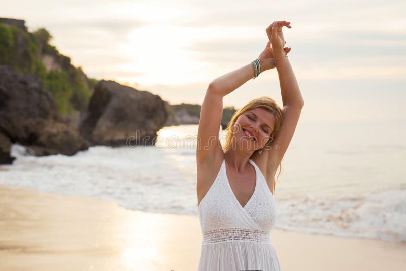 Femme naturelle heureuse appréciant la vie simple sur la plage dans la soirée photographie stock libre de droits