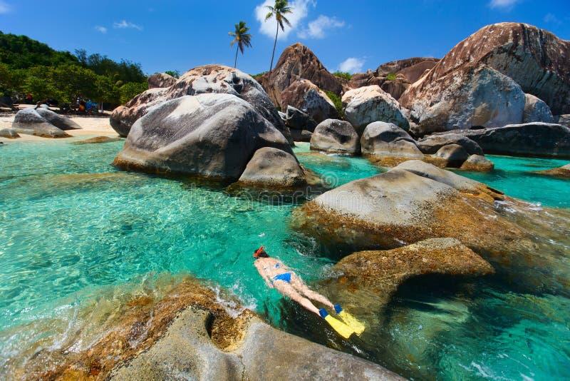 Femme naviguant au schnorchel à l'eau tropicale photos stock