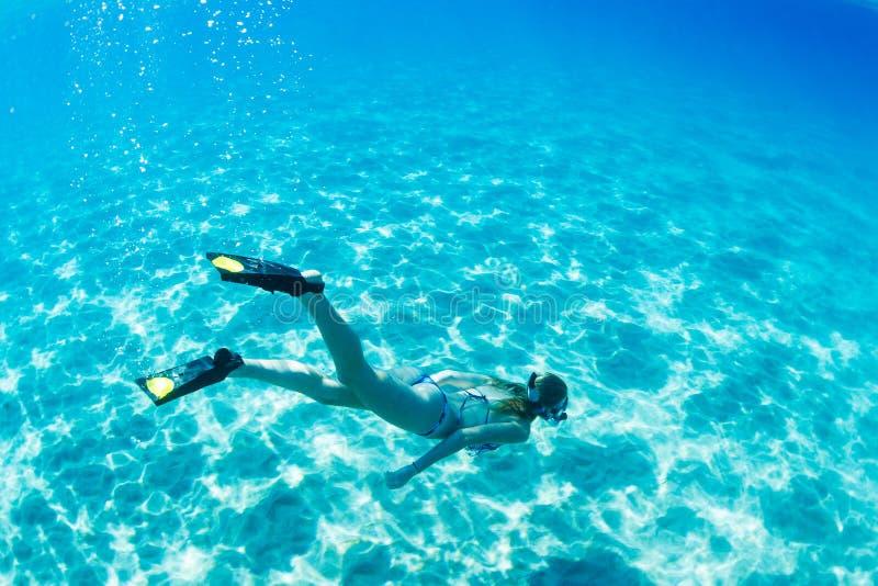Femme naviguant au schnorchel dans l'océan tropical photo libre de droits
