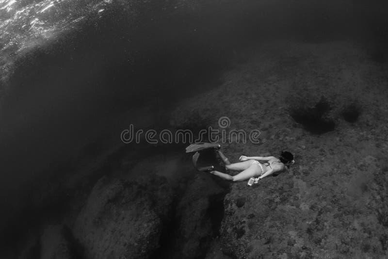Femme naviguant au schnorchel sous l'eau images stock