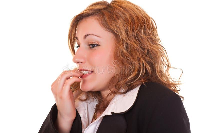 Femme nerveux mordant ses clous image stock