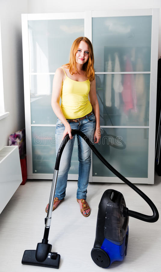 femme nettoyant la maison avec l 39 aspirateur photo stock image du beau aspirateur 34031004. Black Bedroom Furniture Sets. Home Design Ideas