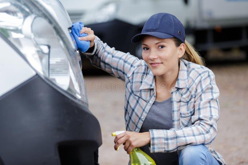 Femme nettoyant le fourgon avant photographie stock