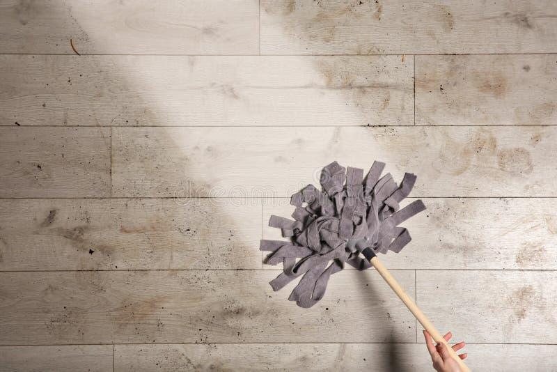 Femme nettoyant le plancher en bois avec le balai, vue supérieure images libres de droits