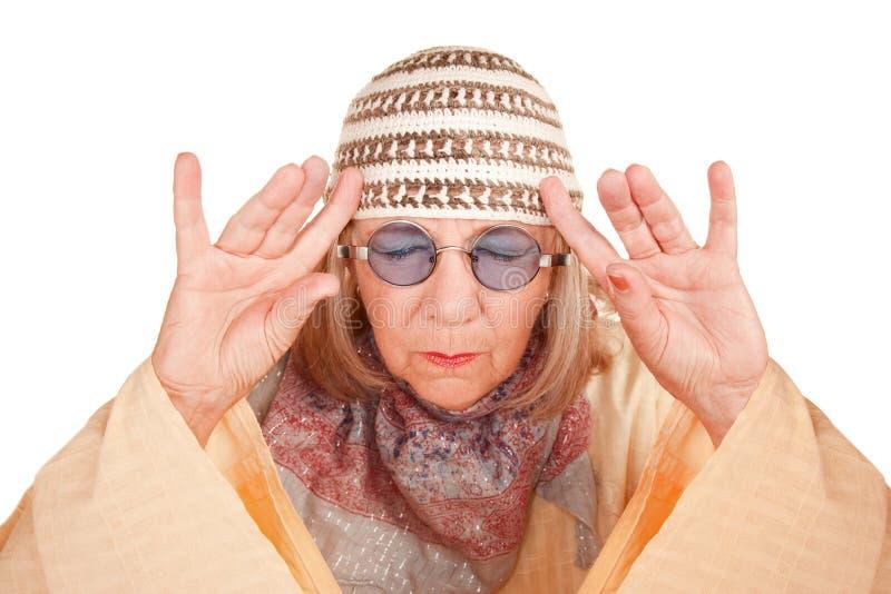Femme neuve folle d'âge dans une concentration jaune de robe longue photographie stock